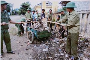 Hội Viên Hội CCB xã Dũng Phong (Cao Phong) tham gia thu gon rác thải tại khu vực chợ Dũng Phong.