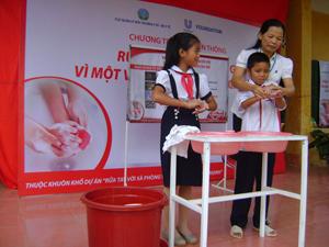 Hướng dẫn thực hành rửa tay với xà phòng cho học sinh tiểu học xã Tu Lý.