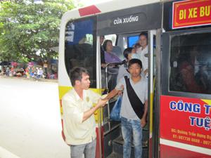 Lái phụ xe Công ty otô buýt Hòa Bình tận tình đưa đón bệnh nhân chạy thận nhân tạo.