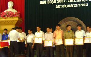 Lãnh đạo Sở VH, TT & DL trao giấy khen của UBND huyện Lạc Sơn cho các gia đình văn hóa tiêu biểu xuất sắc giai đoạn 2007 – 2012.