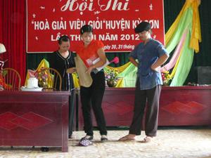 Đội tuyên truyền xã Mông Hóa (Kỳ Sơn) xây dựng tiểu phẩm
