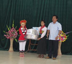 Lãnh đạo Sở LĐ- TB&XH tặng quà Trung thu cho học sinh trường THPT DTNT xã Mường Chiềng (Đà Bắc).