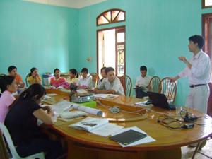 Cán bộ thú y 2 huyện nghe giảng viên hướng dẫn nâng cao nghiệp vụ.