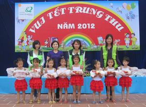 Đại diện các đơn vị tổ chức chương trình tặng quà cho các em nhỏ tại trường mầm non Thái Bình (thành phố Hòa Bình).