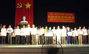 """Đại diện BCĐ phong trào """"Toàn dân đoàn kết xây dựng đời sống văn hóa"""" huyện Kim Bôi trao giấy khen của UBND huyện cho các gia đình văn hóa tiêu biểu xuất sắc giai đoạn 2007 - 2012."""