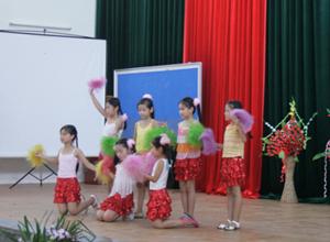 Các em nhỏ lớp năng khiếu múa tập luyện các tiết mục văn nghệ chuẩn bị cho Tết Trung thu.