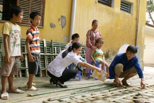 Cán bộ và các cháu thiếu nhi Trung tâm BTXH tỉnh chuẩn bị cho Hội trại huyện Kỳ Sơn tổ chức vào dịp Tết Trung thu.