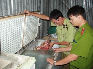 Cán bô đoàn kiểm tra liên ngành kiểm tra hàng hoá thực phẩm tại nhà hàng Ngọc Mỹ xã Cao Thắng.