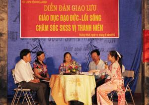 Đại diện các nganh thành viên BCĐ thực hiện Đề án, giao lưu với các cha, mẹ có con trong độ tuổi VTN tại xã Thống Nhất.
