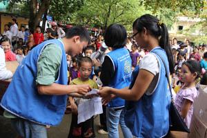 Các em nhỏ được các tình nguyện viên tư vấn chăm sóc răng tốt và nhận các phần quà của chương trình.