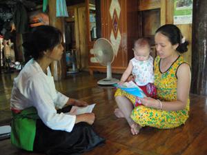 Nhân viên y tế thôn, bản xã Nhân Nghĩa (Lạc Sơn)  tư vấn cho các bà mẹ về cách chăm sóc dinh dưỡng cho bé.