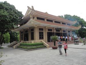 Du khách đến thăm quan Nhà tưởng niệm Chủ tịch Hồ Chí Minh thuộc quần thể Khu di tích Kim Liên.