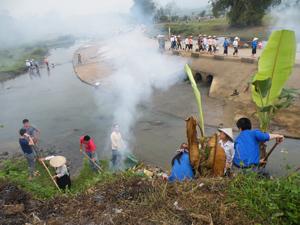 Lực lượng ĐV-TN huyện Lạc Sơn phối hợp với phụ nữ, nông dân làm VSMT trên tuyến giao thông xung yếu (ngầm Vó, xã Nhân Nghĩa).