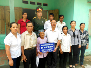 Hội PN huyện Kỳ Sơn hỗ trợ 7 triệu đồng cho gia đình bà Nguyễn Thị Nương, nữ thanh niên xung phong, hội viên chi hội xóm Mè, xã Yên Quang sửa chữa lại căn nhà, ổn định cuộc sống.