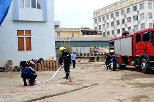 CBCS phòng Cảnh sát PCCC&CNCH (Công an tỉnh) phối hợp với Công ty CPTM Định Nhuận thực tập phương án chữa cháy tại siêu thị Vì Hòa Bình.