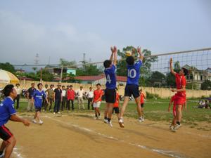 Một trận thi đấu tại giải bóng chuyền nam huyện Tân Lạc chào mừng ngày Quốc khánh 2/9.