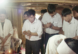 UBND huyện Lạc Sơn tổ chức đoàn đến thăm hỏi, chia buồn, động viên và hỗ trợ gia đình có người bị tai nạn.