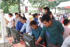Người lao động tìm kiếm thông tin việc làm, học nghề  tại Sàn giao dịch huyện Yên Thuỷ lần thứ I năm 2013.