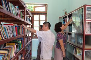 Đoàn tiến hành kiểm tra tại Thư viện huyện Lương Sơn.
