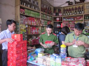 Đoàn kiểm tra cơ sở kinh doanh hàng hóa tại chợ Tân Hòa, phường Tân Hòa (TP Hòa Bình).