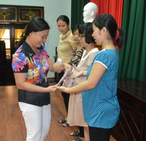 Lãnh đạo Sở Y tế phát sổ theo dõi sức khỏe bà mẹ, trẻ em phường Đồng Tiến (TPHB).