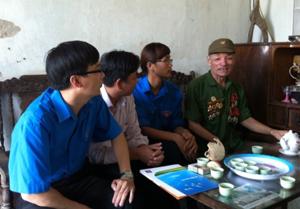 Nguyễn Thị Minh Tuyết (thứ 3 từ trái sang) cùng các chi đoàn bạn thăm hỏi, động viên gia đình chính sách nhân kỷ niệm 66 năm ngày thương binh, liệt sỹ 27/7.