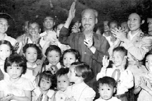 Bác Hồ vui Tết Trung thu với các cháu thiếu nhi Hà Nội năm 1958. Ảnh: T.L