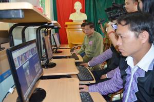 Đồng chí Hoàng Việt Cường, Bí Thư tỉnh ủy cùng đồng bào người Mông thực nghiệm việc truy cập internet tại phòng máy xã Hang Kia.