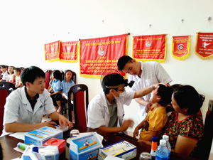 Các em học sinh của Dự án được kiểm tra các vấn đề về tai, mũi, họng, mắt, tim, phổi.