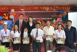 Văn phòng Tổng đại lý BHNT Prudential Hòa Bình tặng quà cho các cá nhân xuất sắc.