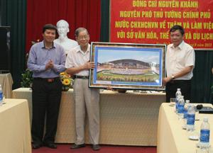 Các đồng chí lãnh đạo UBND tỉnh, Sở VH,TT & DL trao tặng đồng chí Nguyễn Khánh bức ảnh màn trình tấu cồng chiêng trong lễ kỷ niệm 125 năm ngày thành lập tỉnh và 20 năm ngày tái lập tỉnh.