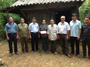 LĐLĐ huyện phối hợp với Hội CCB bàn giao tiền hỗ trợ xây dựng nhà đợt 1 cho gia đình bà Quách Thị Xiền - Hội viên Hội CCB xã Quý Hòa.