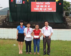 Lãnh đạo Tỉnh đoàn và lãnh đạo huyện Lạc Thuỷ trao thưởng cho các em thiếu nhi tham dự ngày hội thắp sáng ước mơ thiếu nhi huyện Lạc Thuỷ.