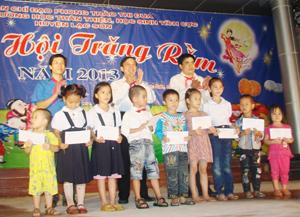 Huyện Lạc Sơn đã tặng 60 suất quà cho trẻ em nghèo nhân dịp Tết Trung Thu.
