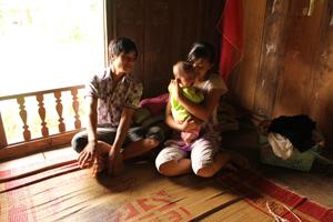 Làm mẹ ở tuổi 15, Bùi Thanh Hiếu (xóm Mu - xã Thung Nai) còn quá non nớt để gánh trên vai trách nhiệm của người mẹ, người vợ trong gia đình.