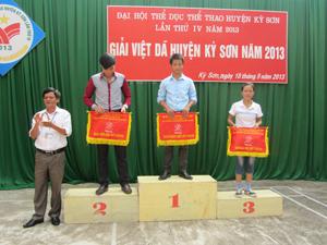 Lãnh đạo Phòng VHTT & DL huyện Kỳ Sơn trao giải đồng đội nội dung nữ chính cho các đơn vị đạt giải.