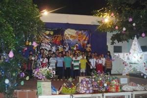 Các em thiếu nhi tại trung tâm BTXH tỉnh biểu diễn văn nghệ tại đêm hội trăng rằm.