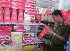 Đoàn kiểm tra chất lượng hàng hóa dịp Tết Trung thu tại cơ sở kinh doanh hàng tạp hóa xã Tử Nê – Tân Lạc.