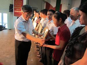 Đồng chí Trần Văn Hoàn, Bí thư Thành uỷ Hòa Bình trao giấy khen cho các xóm, tổ dân cư văn hoá 5 năm giai đoạn 2008 - 2013.