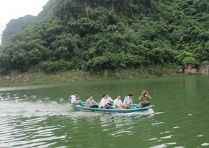 Đội bảo vệ ngành ngư xóm Mới, Thung Nai (Cao Phong) tham gia tuần tra trên vùng hồ sông Đà.