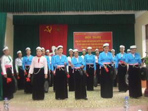 Huyện Kỳ Sơn chú trọng công tác bảo tồn văn hóa cồng chiêng. Ảnh: Tiết mục biểu diễn cồng chiêng tại hội nghị tổng kết 15 năm thực hiện NQT.Ư 5 (khóa VIII).