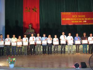 Đồng chí BùiVăn Bương, Bí thư Huyện uỷ Cao Phong trao giấy khen cho đại diện các xóm, khu dân cư tiêu biểu xuất sắc 5 năm giai đoạn 2008 – 2013.