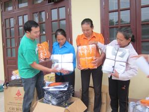 ChildFund Việt Nam tại Hòa Bình tổ chức cấp phát quà cho các gia đình có trẻ em tại xã Thu Phong (Cao Phong).