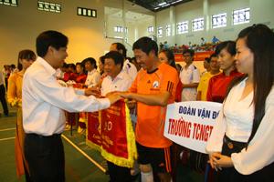 Lãnh đạo Công đoàn GT-VT Việt Nam trao cờ lưu niệm cho các đoàn tham gia Hội thao.