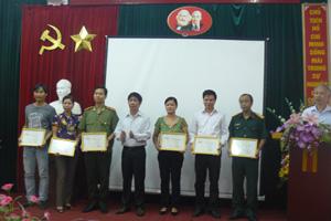 Lãnh đạo Đài PT-TH tỉnh trao giải cho các tác giả dự thi thể loại phóng sự truyền hình (15').