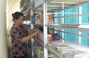 Công đoàn viên chức thư viện tỉnh (Sở VH-TT&DL) thực hiện tốt việc quản lý đầu sách, báo để phục vụ bạn đọc.
