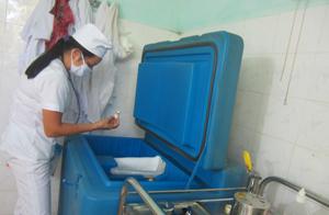 Cán bộ Trạm y tế xã Liên Vũ (Lạc Sơn) bảo quản vắc xin viêm gan B trong dây chuyền lạnh.