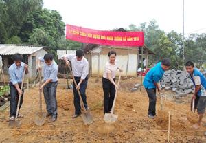 Đại diện lãnh đạo Tỉnh đoàn, Huyện đoàn, Hội đồng Đội huyện, xã Cố Nghĩa tham gia khởi công xây dựng Ngôi nhà Khăn quàng đỏ cho gia đình em Nguyễn Thị Hiền Lương.