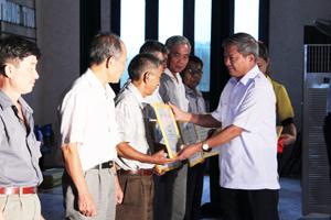 Lãnh đạo huyện lạc Thuỷ trao giấy khen của UBND huyện cho đại biểu các làng văn hoá xuất sắc giai đoạn 2008 - 2013.