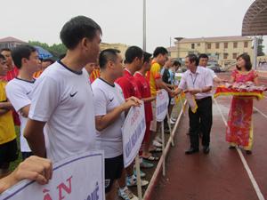 Đồng chí Đoàn Văn Thu, Bí thư Đảng uỷ Khối các cơ quan tỉnh trao cờ lưu niệm cho các đội tham gia giải bóng đá Khối các cơ quan tỉnh.